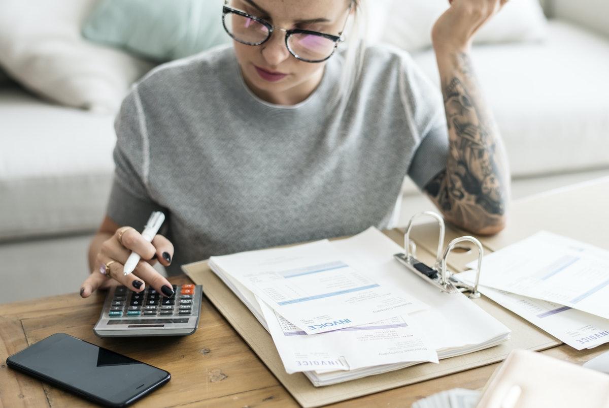 4 dicas de economia de dinheiro para mulheres solteiras (Image by rawpixel.com)